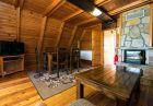 Нощувка в напълно оборудвана къща за 2, 4, 6 или 8 човека + сауна, парна баня и джакузи във вилно селище Романтика форест, яз. Широка поляна