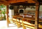 Нощувка за до 14 човека САМО за 200 лв. в къща с широк двор, барбекю и куп удобства, в Шалаверовите къщи, край Елена.