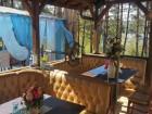 На брега на яз. Искър - Нощувка за двама възрастни и дете със закуска + басейн и ресторант в бунгала Райски залив!