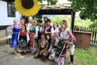 Фолклорен уикенд в Боженци! 2 нощувки със закуски и празнична вечеря + фотосесия с носии от Парлапанова къща, снимка 4