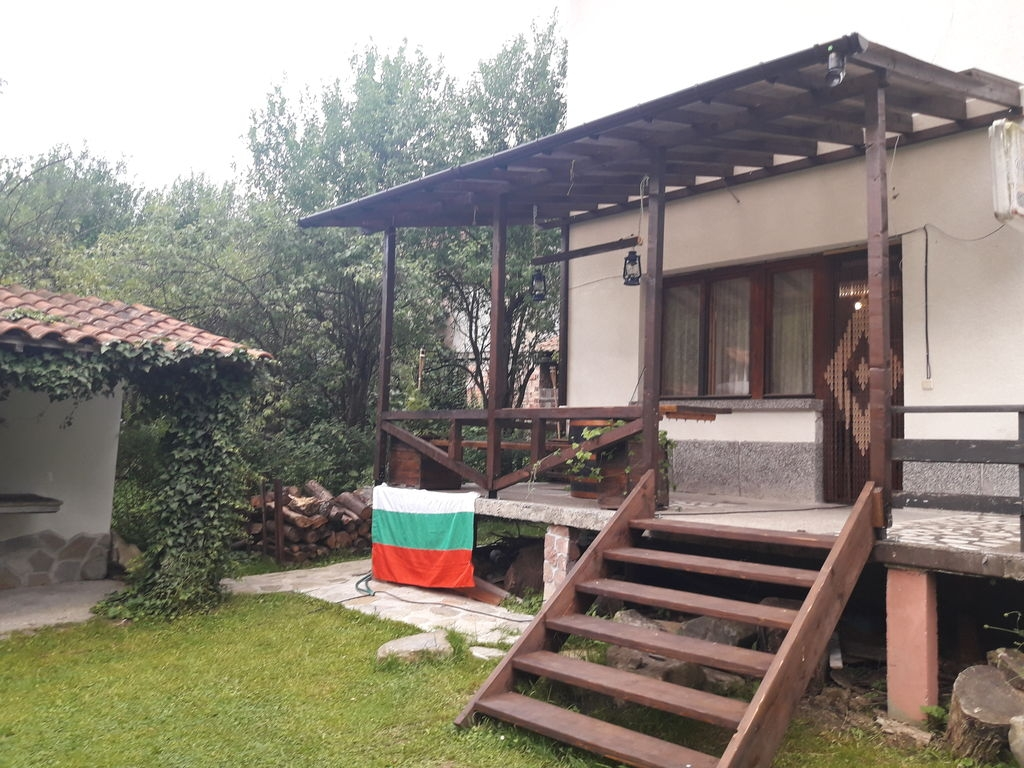 Нощувка за до 12 човека + трапезария, барбекю и сезонен басейн в къща Под ябълката край Троян - с. Шипково