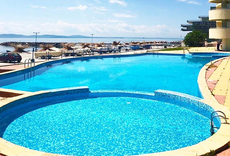 3 нощувки на човек със закуски + вътрешен и външен басейн с морска вода и балнео пакет от хотел Поморие, Поморие