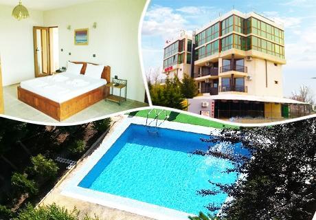 Нощувка на човек със закуска, обяд и вечеря + басейн в хотел Блек Сий, Слъчев Бряг, на 100 м. от морето