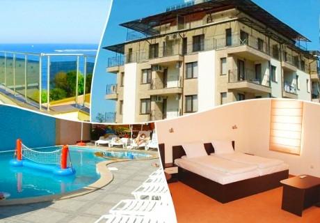 Нощувка за двама, четирима или петима + басейн и джакузи в хотел Хармани, Китен