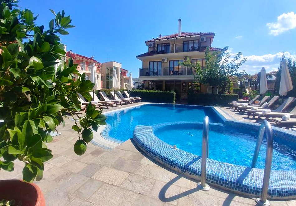 Нощувка на човек или нощувка със закуска и вечеря + басейн на 150 м. от плажа в хотел Музите, Созопол