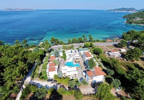 Нощувка на човек със закуска в двойна/тройна стая премиер на първа линия в хотел Esperides***  на о.Тасос, Гърция!
