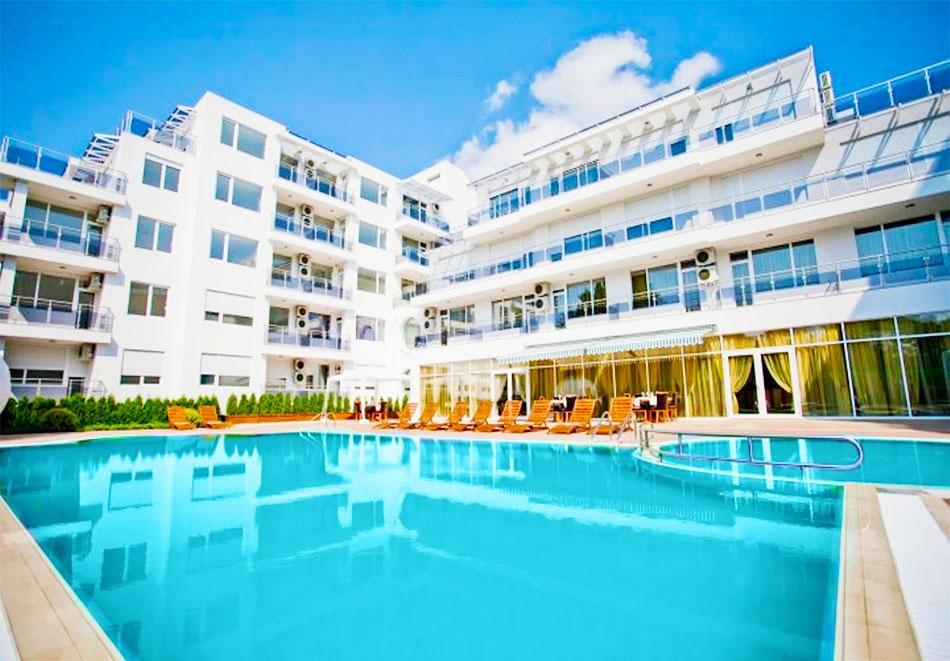 Лято 2020 в Поморие! Нощувка на човек на база All Inclusive + басейн в хотел Инкогнито,  на 150м.от морето