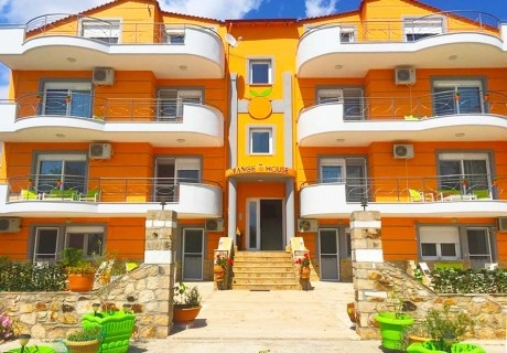 Нощувка в делукс апартамент за четирима, петима или шестима от Хотел Orange House, Керамоти, Гърция