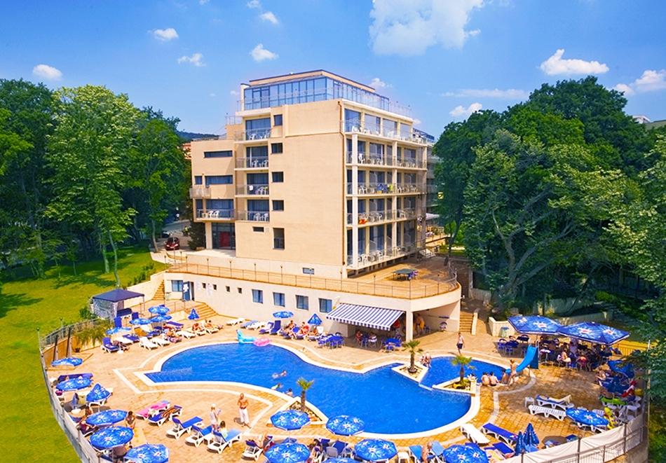 Нощувка на човек на база All Inclusive + басейн и анимация от хотел Холидей Парк****, Златни пясъци