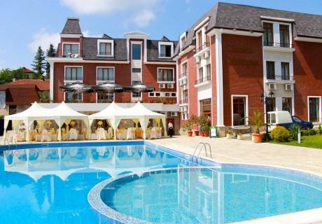 Нощувка на човек със закуска и вечеря + топъл вътрешен басейн в хотел Шато Монтан, Троян.