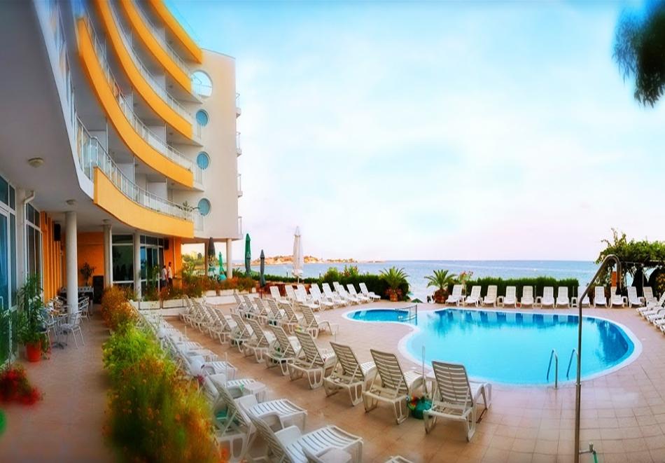 Късно лято в Несебър на Топ цена! Нощувка или нощувка със закуска, или закуска и вечеря + басейн в хотел Афродита***