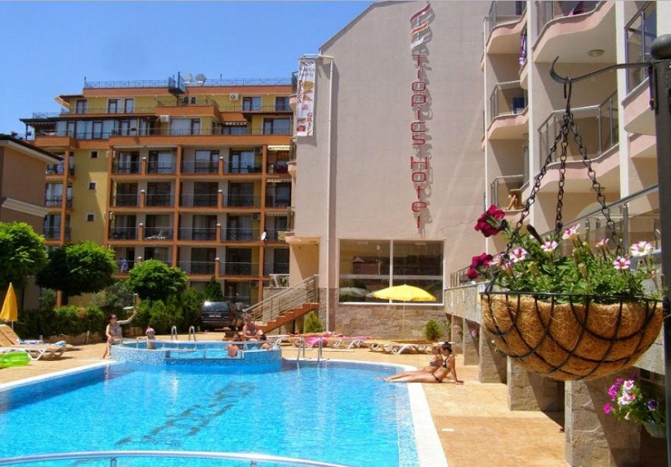 Юни в Свети Влас, на 100 м. от плажа ! Нощувка на човек със закуска или закуска и вечеря + басейн в хотел Тропикс