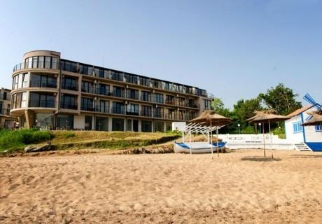 Късно лято на първа линия в Черноморец! Нощувка за двама, трима или четирима със закуска и вечеря + чадър и шезлонг на плажа от хотел Лост Сити