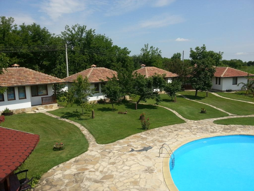 Нощувка за 2, 3, 4, 5 или 12 човека + басейн в къщи Вилисплейс край Павликени - с. Мусина