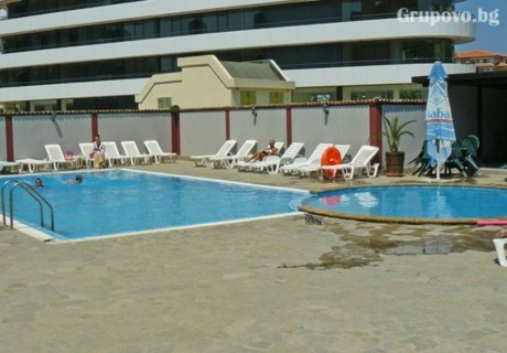 През август и септември  в Слънчев бряг! Нощувка със закуска, обяд и вечеря на човек + басейн в Апарт – Хотел Палм Корт Крим - на 150м. от плажа!