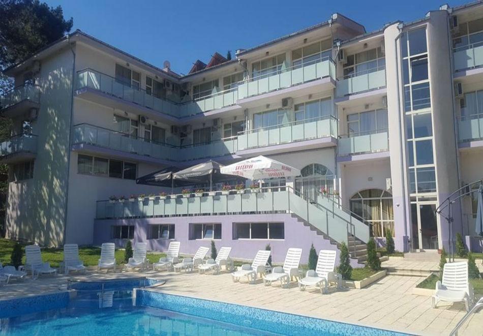 Ранни записвания за лято 2019 в Царево! Нощувка на човек + басейн, шезлонг и чадър в хотел Марая - на 150м. от плажа