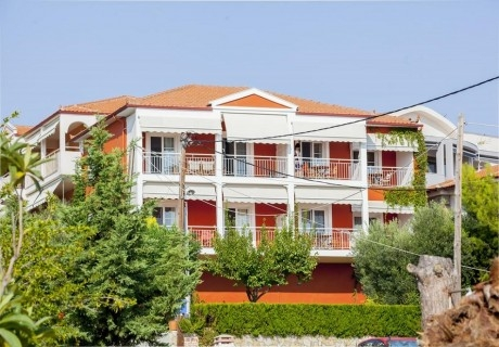 Май на метри от плажа в Никити! Нощувка за двама, трима или четирима в комплекс Summer House, Гърция!