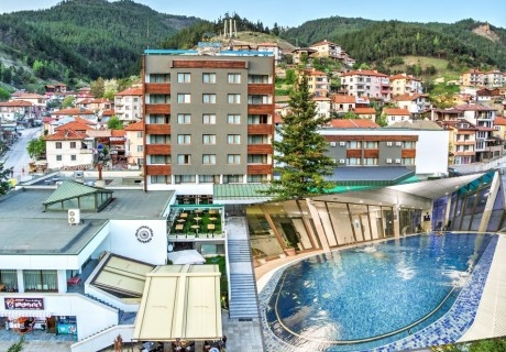 Нощувка на човек със закуска + минерален басейн и СПА пакет от хотел Девин****