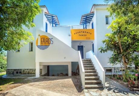 От 03.05 до 06.06 на 100 м. от плажа в Посиди, Халкидики! Нощувка на човек със закускa и вечеря във Faros Apartments, Гърция!