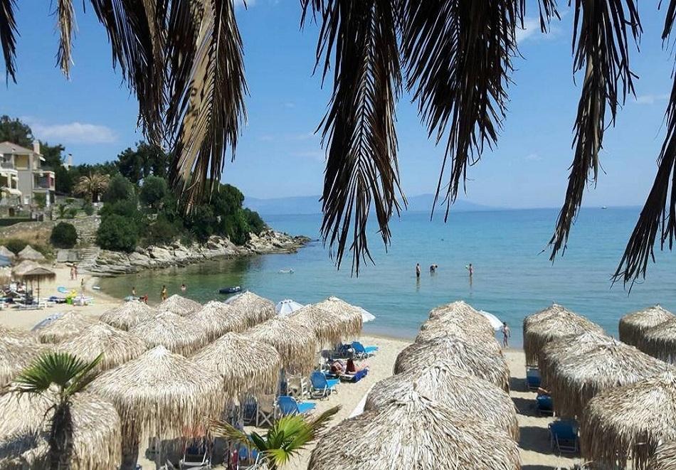 През май на 40м. от плажа в Кавала, Гърция! Нощувка със закуска на човек + частен плаж, чадър и шезлонг във Вила Николас!