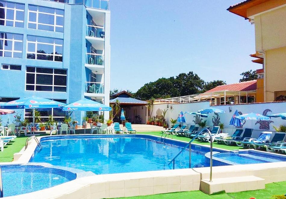 Нощувка на човек със закуска, обяд и вечеря + басейн в хотел Китен Палас - на 200м. от плажа!