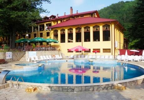 Уикенд за ДВАМА в хотел Балкан, с. Чифлик! 2 нощувки със закуски + минерален басейн и релакс зона в хотел Балкан