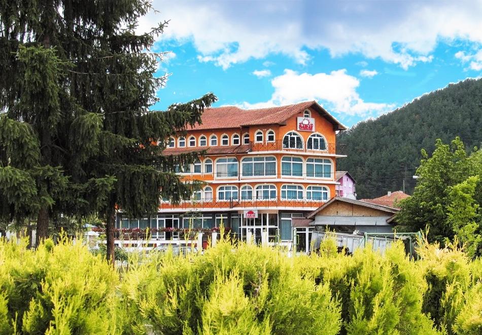 2 нощувки на човек със закуски и вечери + вътрешен минерален басейн от хотел Сарай, до Велинград