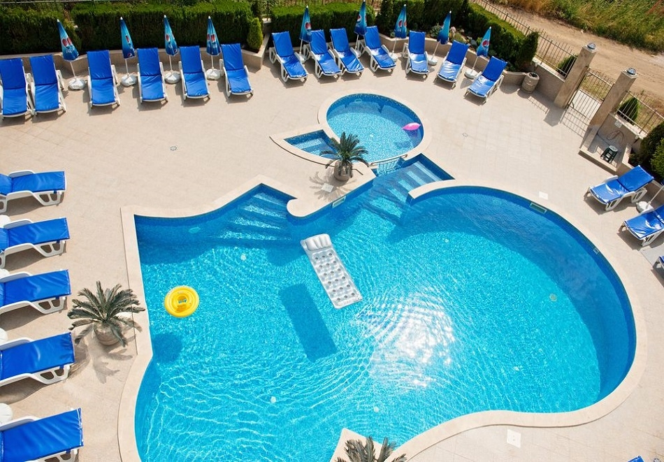 Релакс в Черноморец! Нощувка със закуска на човек + басейн само за 28 лв. от семеен хотел Адена***