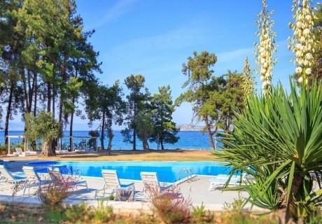 Лято 2019 на първа линия на о.Тасос! Нощувка със закуска на човек + басейн в Hotel Aroma Beach, Гърция!