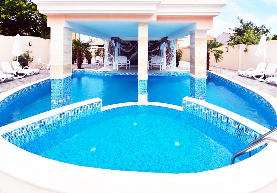 Нощувки на човек + басейн в хотел Сирена Палас, Обзор - на 100 м. от плажа