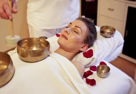 Релаксиращ масаж със злато + солен кът от Nail & Relax Bar, София