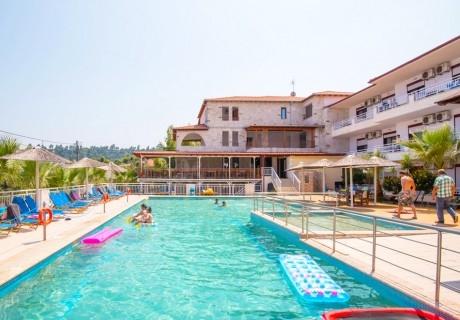 Нощувка на човек + басейн в хотел Medusa в Криопиги, Халкидики, Гърция. Дете до 12г. БЕЗПЛАТНО