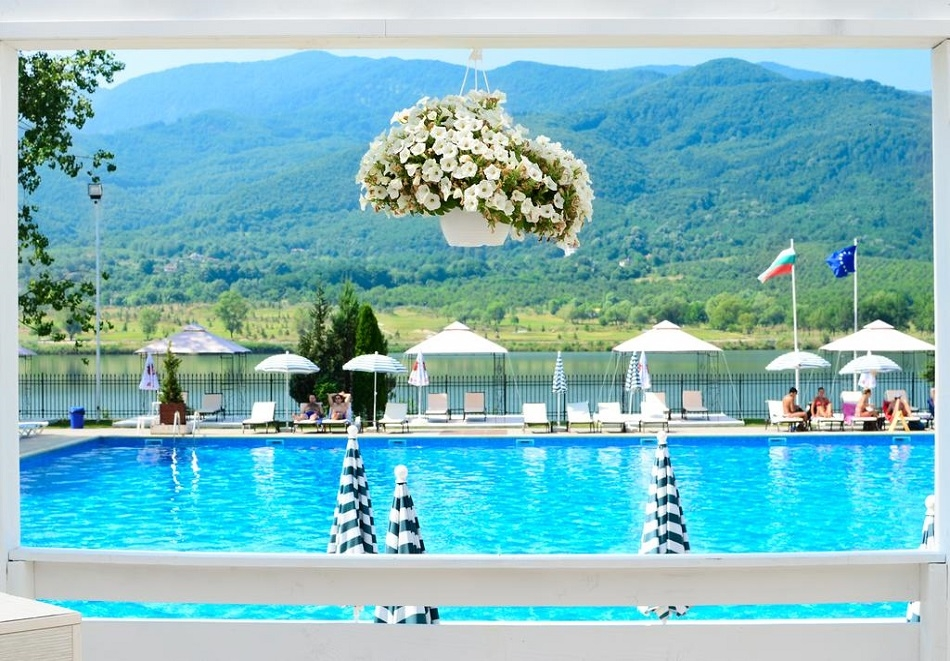НЕДЕЛЯ в хотел Риу Правец! Нощувка със закуска и вечеря за ДВАМА + басейн, СПА и комплимент бутилка вино