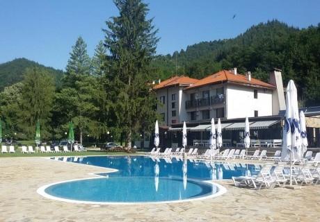 Делник в Троянския Балкан! Плащате 2, получавате 3 нощувки, закуски и вечери за ДВАМА или ЧЕТИРИМА + басейн и СПА в комплекс Острова, Бели осъм.
