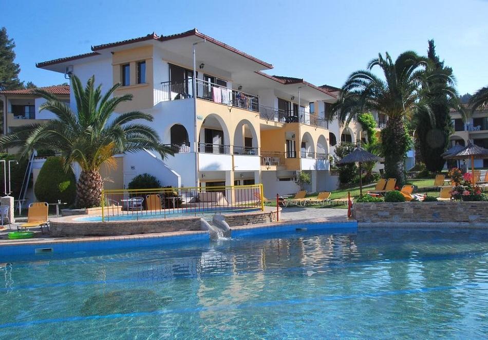 Нощувка на база All inclusive на човек в апартамент + 2 басейна в комплекс Chrousso Village**** Палиури, Халкидики