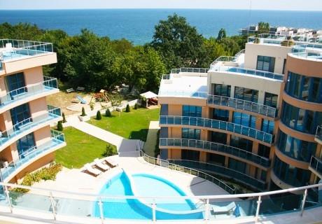 2, 4 или 6  нощувки със закуски за двама + басейн, чадър и шезлонг на плажа в хотел Аквамарин,  Обзор - на 100 м. от плажа!