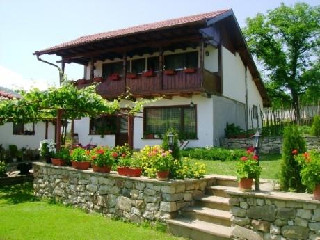 Нощувка за до 14 човека в къща с широк двор, барбекю и куп удобства в Шалаверовите къщи - край Елена.