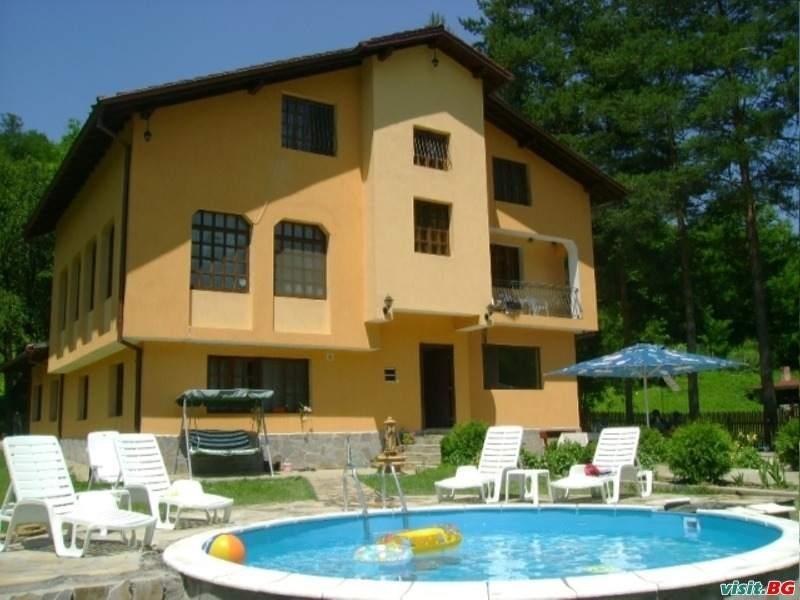 Нощувка за 28+2 човека край Елена в семеен хотел Балкански рай - с. Дрента