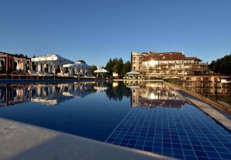 Една нощувка ДЕЛНИК за двама със закуска, вечеря*, минерални басейни и СПА в Инфинити Парк Хотел и СПА, Велинград!