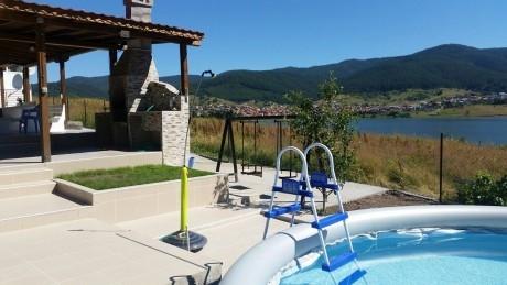 Нощувка през юли и август за 8 човека + басейн, барбекю и трапезария в къща Райската вода на брега на язовир Доспат - Сърница