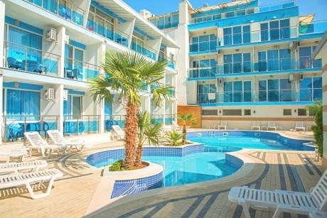 Нощувка на човек със закуска + 2 басейна от хотел Ескада Бийч, на брега на морето в Ахтопол