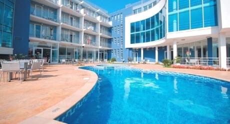 Нощувка на човек със закуска + басейн в хотел Десислава, Равда