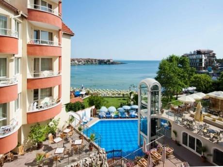 На първа линия в Созопол! Нощувка на човек със закуска + басейн в хотел Вила Лист**** Дете до 11.99г. БЕЗПЛАТНО