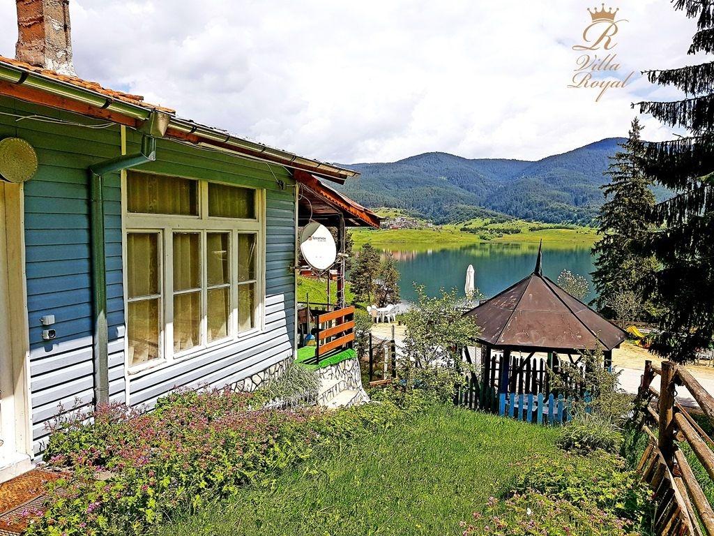 Нощувка за 8 човека + веранда, открито барбекю, беседка и обширен заграден двор в къща Роял на брега на язовир Доспат - Сърница