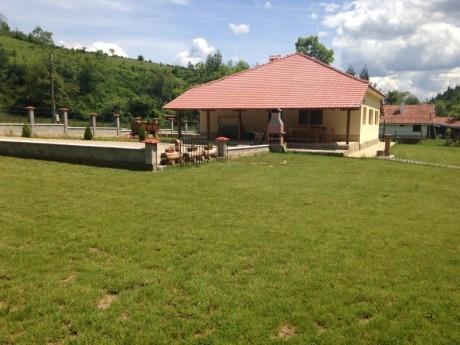 Нощувка за 11+1 човека + трапезария, малък футболен терен и детски кът в къща Балкански рай край Елена - с. Дрента