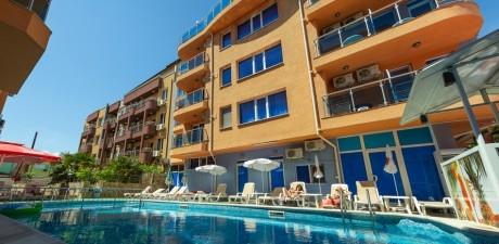 Нощувка на човек със закуска + отопляем басейн в хотел Дара***, Приморско