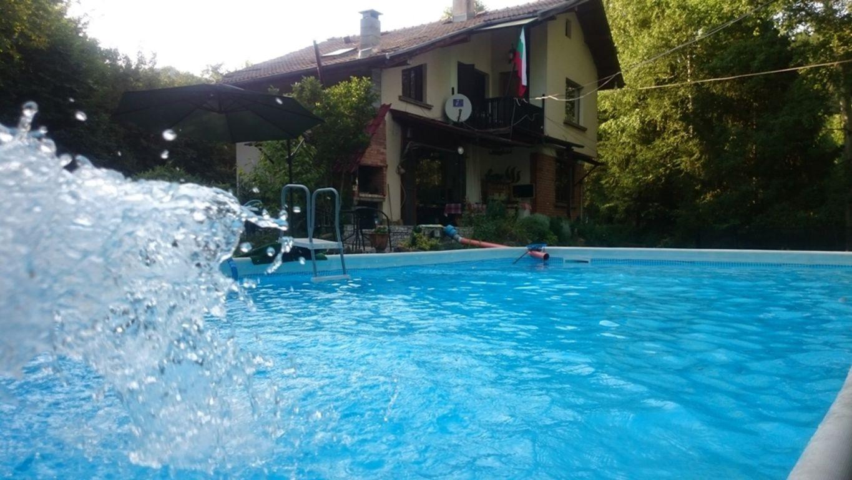 Нощувка за 10 човека + голям и малък басейни, зоокът и детски кът в самостоятелна къща Руен в Троян