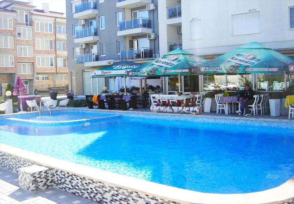 Нощувка за до 4-ма + басейн в апартамент за гости Вива, Слънчев Бряг