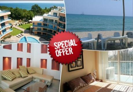 През август и септември в хотел Аквамарин,  Обзор - на 100 м. от плажа! Нощувка на човек със закуска, обяд и вечеря  + басейн, чадър и шезлонг на плажа. Първо дете до 12 години - Безплатно!