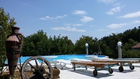 Нощувка за 8, 10 или 18 човека + басейн, барбекю и още в Комплекс Кметчетата до Габрово - с. Кметчета